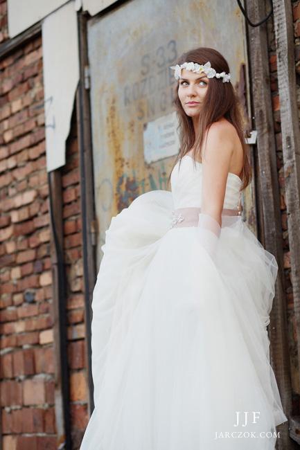 Rustykalna suknia ślubna w stylu boho na Górym Śląsku.
