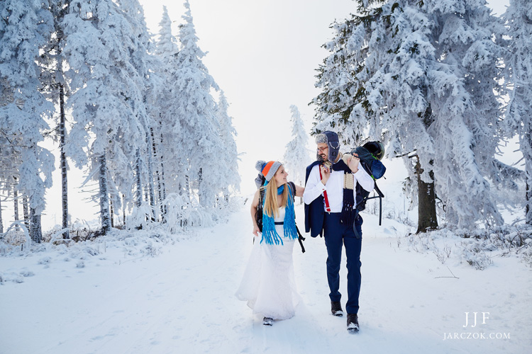 Zimowa sesja ślubna w polskich górach.