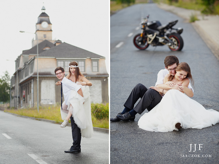 Sesja ślubna z motocyklem, stunt i piękna młoda pani w hippisowskim sytlu.