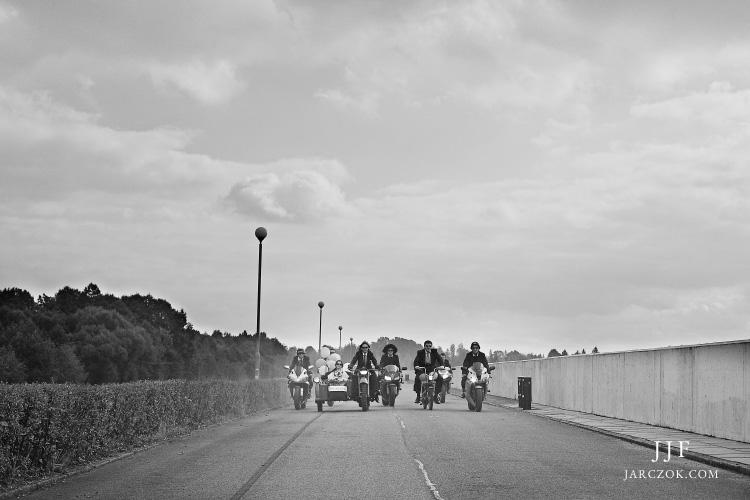 Obstawa motocyklowa w drodze na ślub.