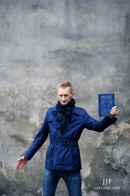 Portret charakterystyczny pisarza, wykonany podczas sesji portretowej w Pszczynie na Śląsku przez Jacka Jarczoka.