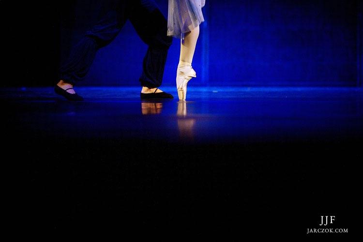 Baletnica stoi na palcach. Pozycja en pointe.