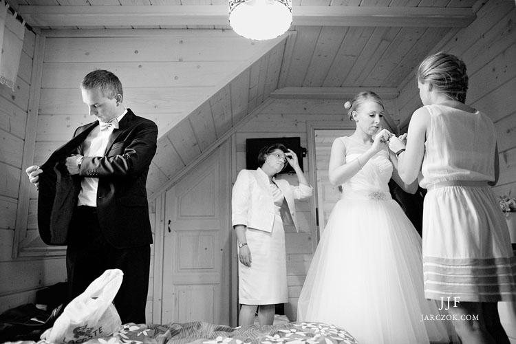 Reportaż ze ślubu w górach. Przygotowania miały miejsce w drewnianej chacie na zboczach Kubalonki.