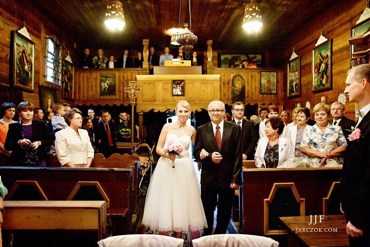 Ceremonia ślubna w górskim drewnianym kościółku na Kubalonce. Wedding ceremony in a wooden church in mountains.