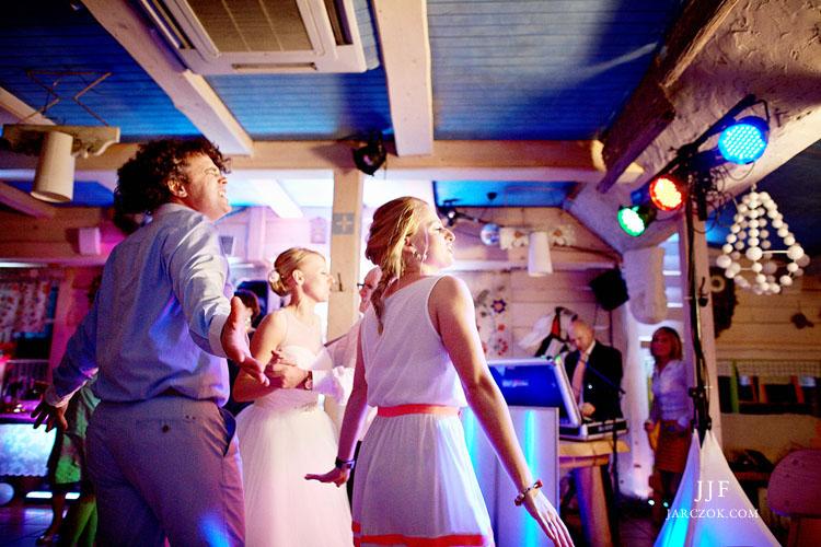 Fotograf, który umie bardzo dobrze sfotografować zabawę na przyjęciu weselnym.