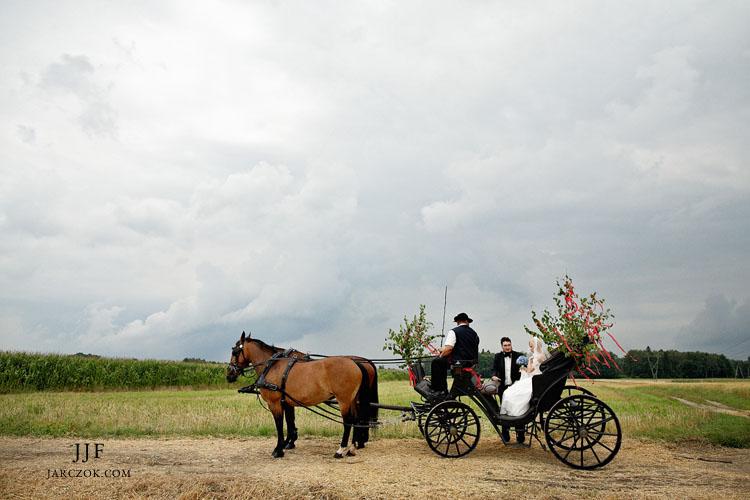 Piękny tradycyjny rustykalny ślub. Para młoda pojechała do kościoła stylową bryczką.