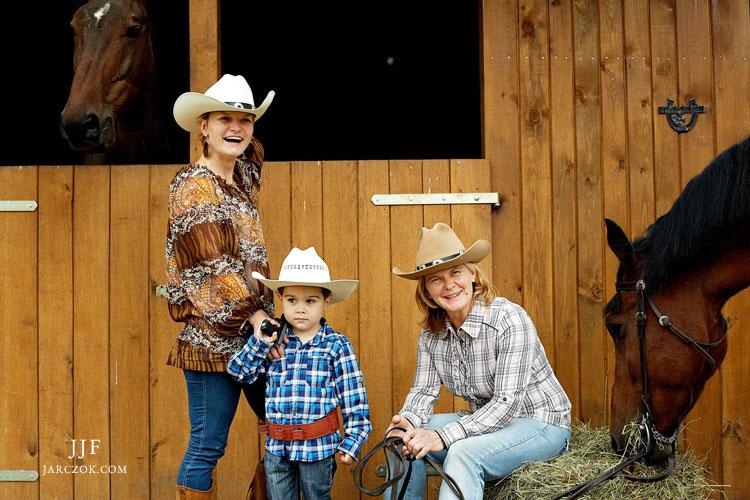 Sesja rodzinna w stadninie. Trzy pokolenia miłośników koni.