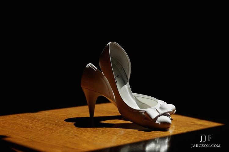Białe buty na obcasie dla pani młodej.