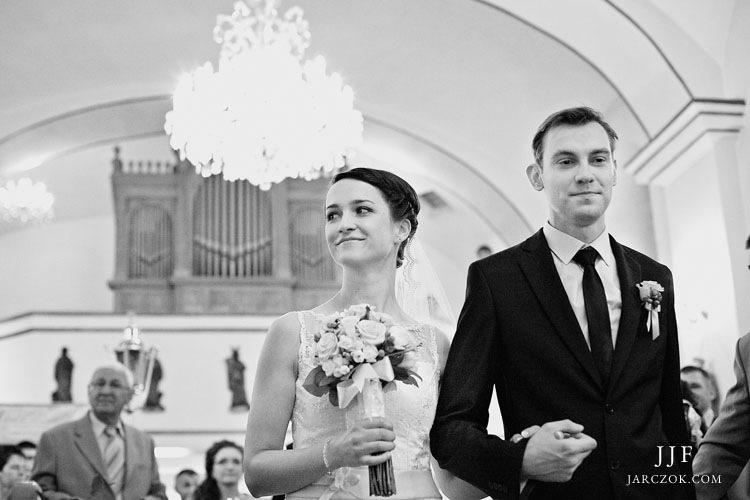 Kościół w Kryrach podczas ślubu.