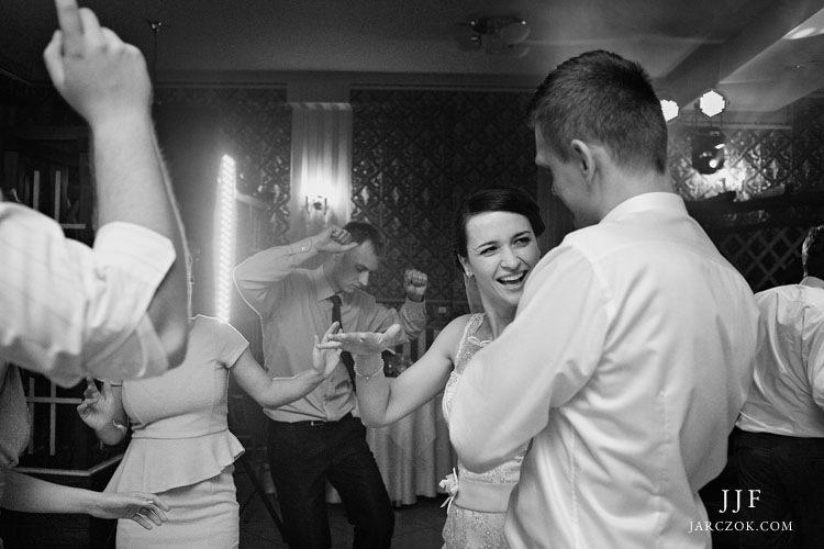 Świetnie uchwycona zabawa na weselu.