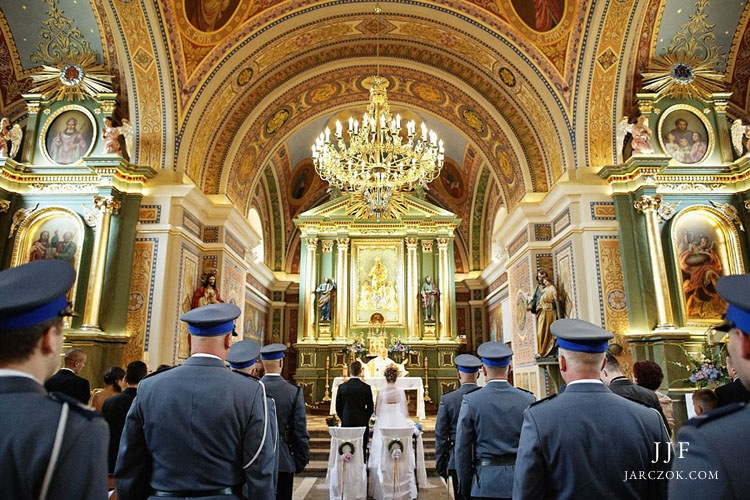 Policyjna obstawa honorowa podczas mszy ślubnej.