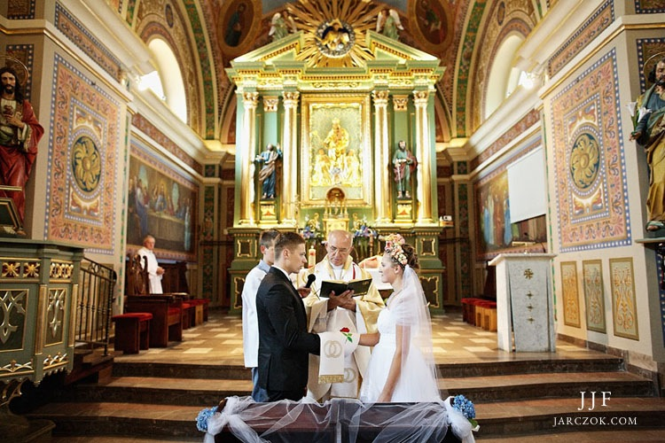 Przysięga małżeńska składana w parafii w Osielcu koło Jordanowa.