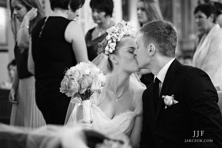 Pocałunek w kościele.