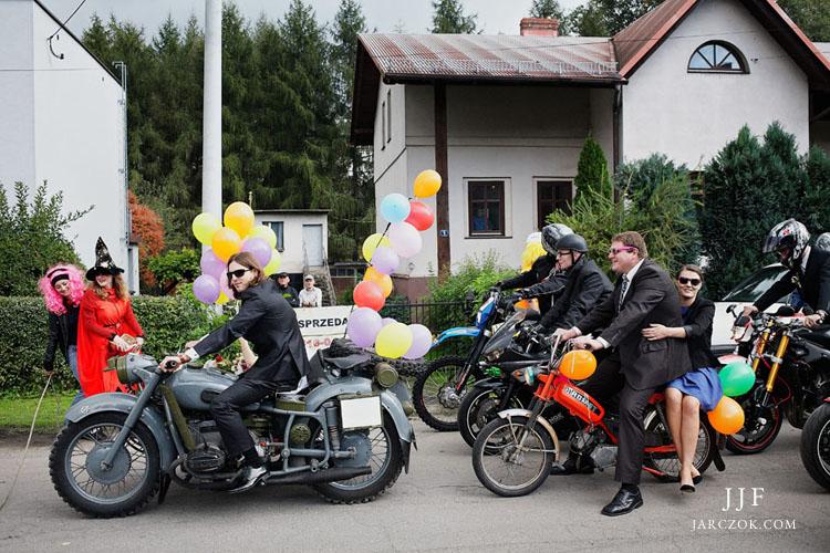 Cała ekipa na motocyklach pojechała spod domu pani młodej do kościoła.