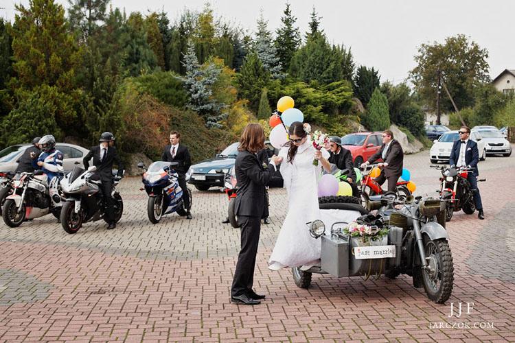 Oryginalny zabytkowy motocykl z wózkiem dla pary młodej.