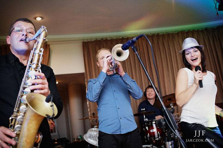 Zespół muzyczny The Crush w akcji podczas wesela.
