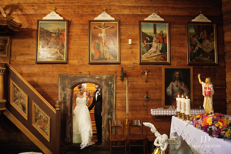 Ceremonia ślubu w urokliwym drewnianym kościółku na Kubalonce pomiędzy Wisłą a Istebną.