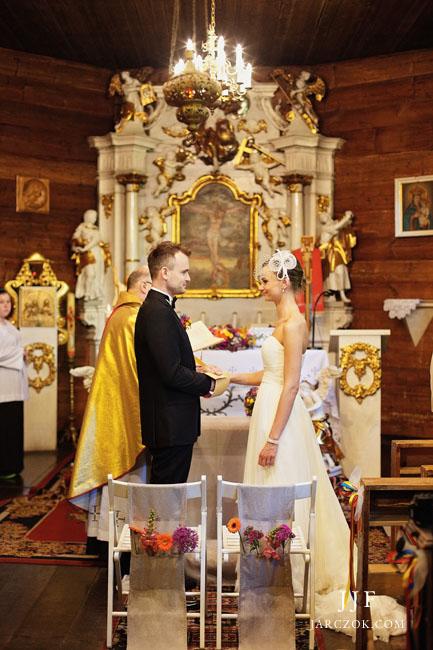 Na zdjęciach można zobaczyć ceremonia w drewnianym kościele na Kubalonce w Beskida.ch