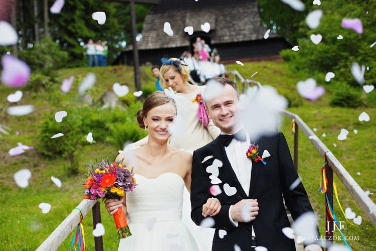 Ślub w polskich górach, malownicza przyroda i kościółek z drewna.