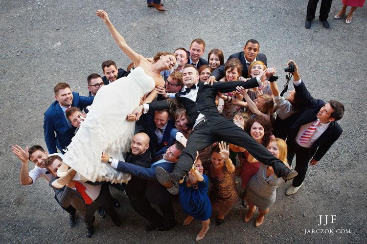 Pomysłowe i oryginalne zdjęcie ślubne z Młodą Parą w roli głównej.