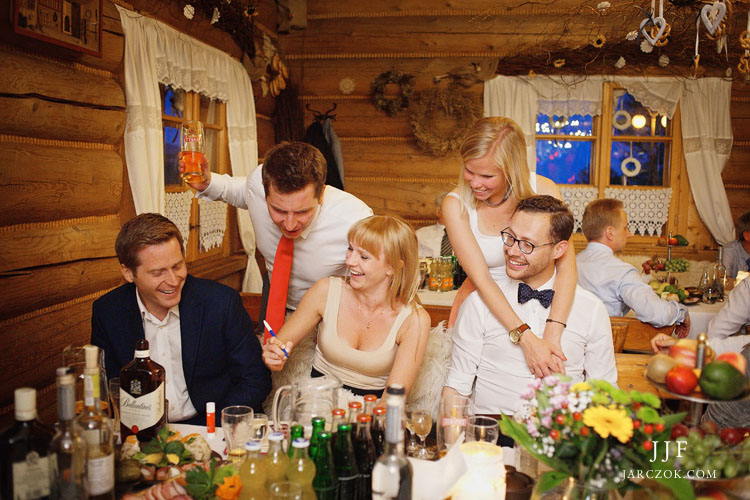 Wesele w górach Beskidach, goście bawili się w drewnianej karczmie Ochodzita w Koniakowie.