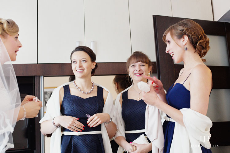 Getting ready in Cracow - wedding photos.