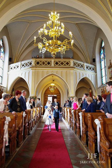Uroczystość ślubna w kościele Najświętszego Serca Pana Jezusa w Krakowie w Piaskach Wielkich.
