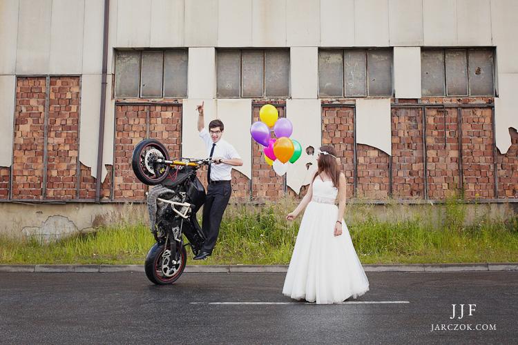 Para młoda i niezwykłe ewolucje na motocyklu.