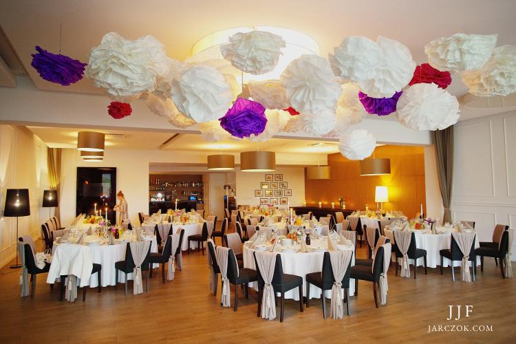 Restauracja Umami w Pyskowicach ułożenie stołów na wesele.
