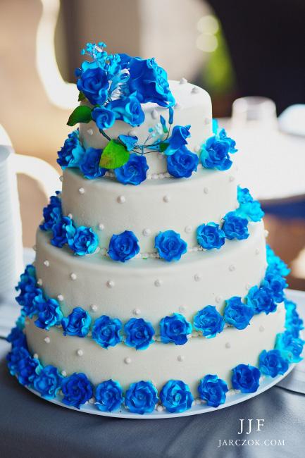 Niebieski tort weselny.