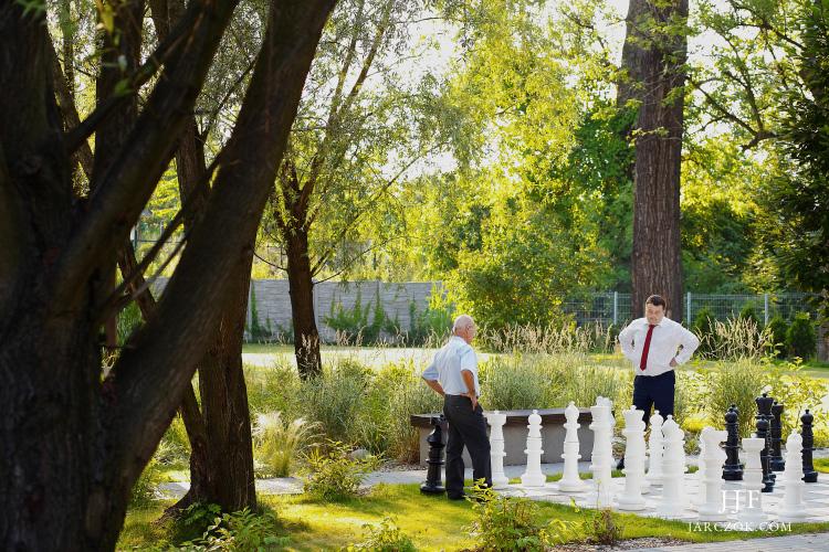 Goście w ogrodzie w Umami podczas wesela.