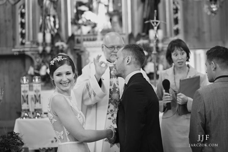 Ślub w kościele w Witowie na zdjęciach. Wedding ceremony in Witow church.
