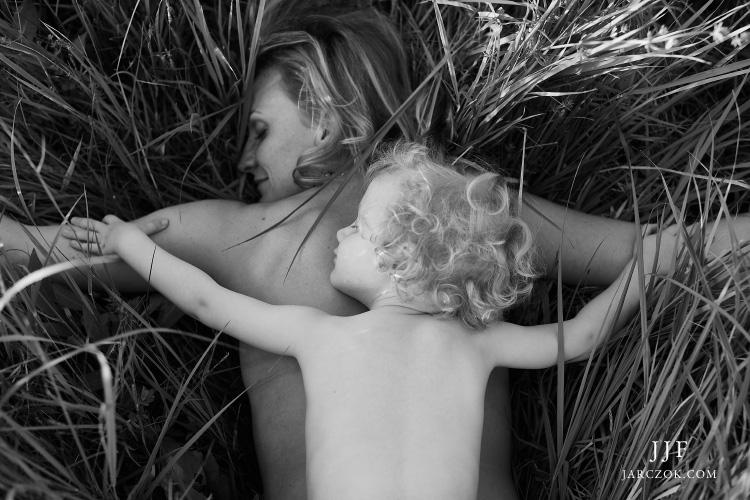 Portret mamy z dzieckiem wykonany podczas rodzinnej sesji fotograficznej.