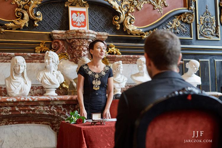 Ślub cywilny we wnętrzach pałacowych.