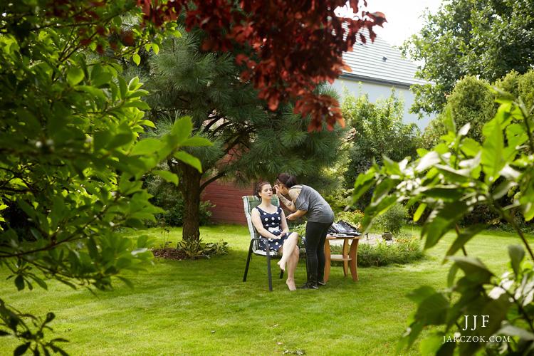 Przygotowania ślubne urządzone w przydomowym ogrodzie.