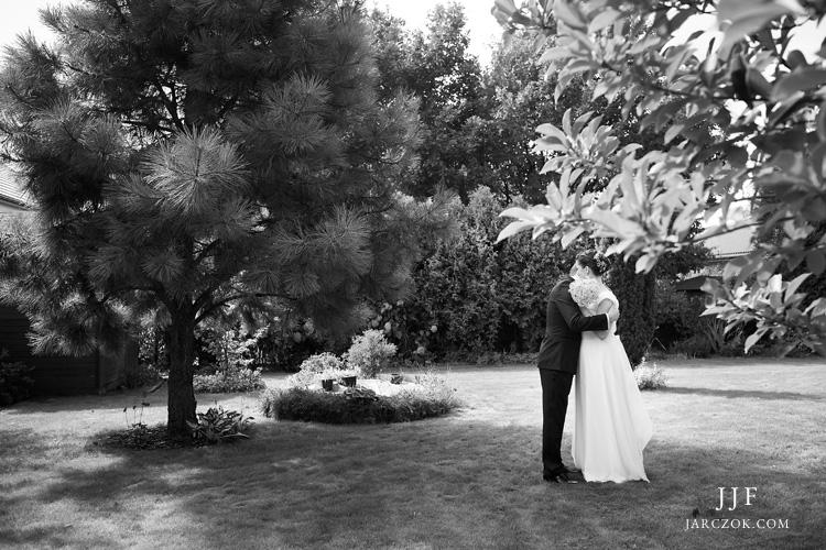 Pierwsze spotkanie młodej pary odbyło się pod gołym niebem - w ogrodzie.