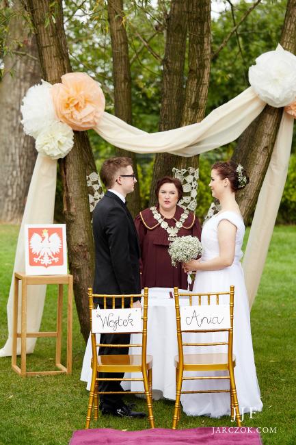 Ślub cywilny w ogrodzie.