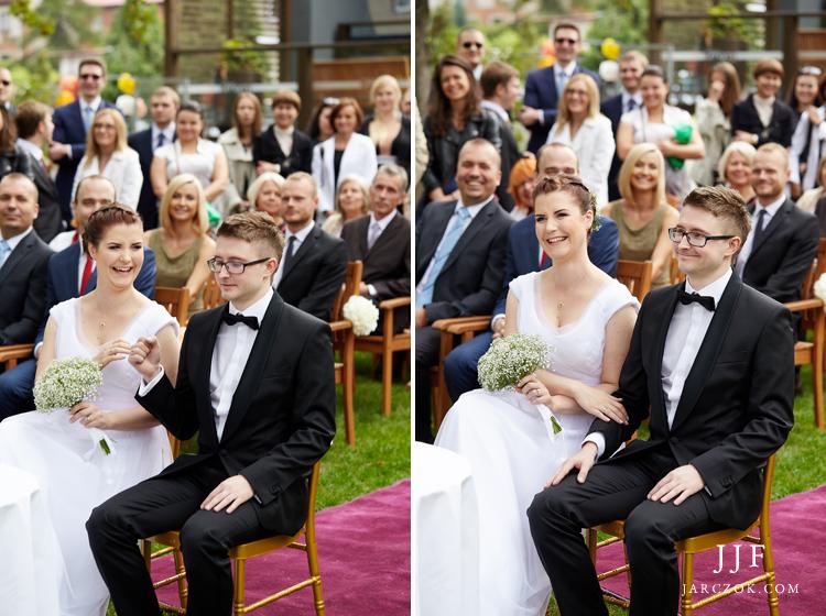 Zdjęcia z uroczystości ślubnej w plenerze pod gołym niebem.