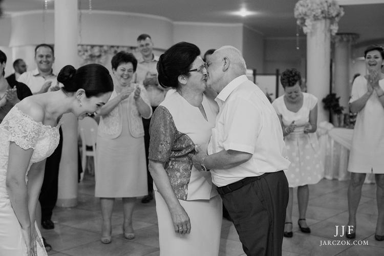 Ceremonia ślubna w plenerze. Park w Chorzowie.