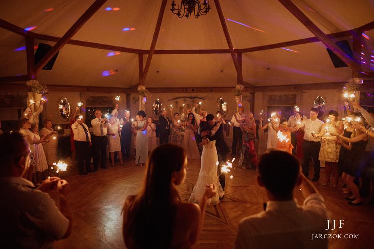 Cyprianówka sala weselna w Warszowicach. Wnętrze sali na zdjęciu ślubnym.