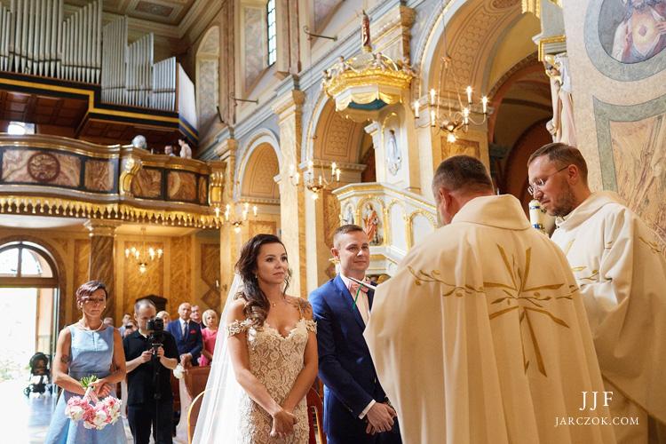 Ceremonia ślubu w Kościele Św Antoniego z Padwy w Dąbrowie na zdjęciach.