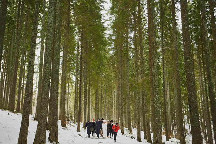 Młoda Para wędruje szlakiem do kaplicy na Wiktorówkach.