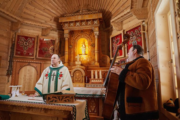 Ceremonia ślubna w stylu góralskim w Tatrach. Na zdjęciu widać wnętrze kaplicy na Wiktorówkach.