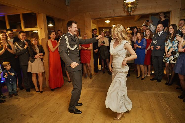 Pierwszy taniec młodej pary podczas przyjęcia weselnego w Ziębówce w Witowie.