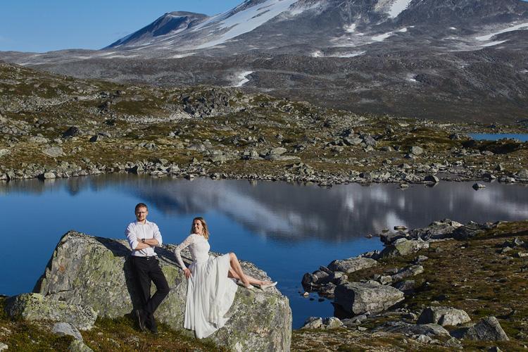 Stylowe i eleganckie zdjęcie ślubne w pięknej przyrodzie.