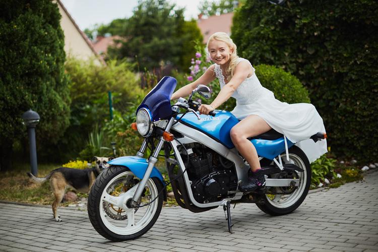 Pani Młoda na motocyklu.