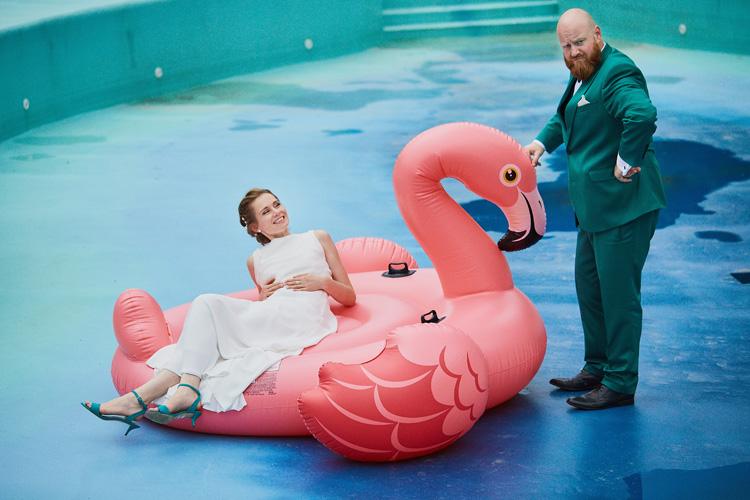 Ślub bez spiny. Zielony garnitur dla Pana Młodego. Nietypowe i oryginalne zdjęcia ślubne.