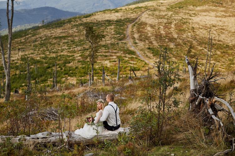 Piękna naturalna sesja ślubna w górach Beskidach.