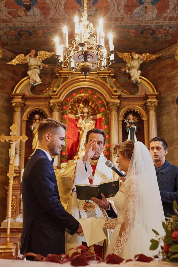 Fotografia ślubna w Szczyrku, w zabytkowym drewnianym kościółku Św. Jakuba.